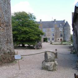 L'entrée de la basse cour. Au fond, le logis seigneurial.
