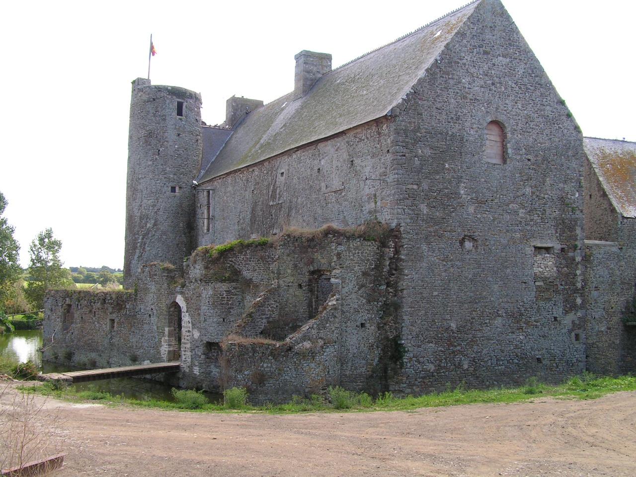 Façade fortifiée du logis, vue depuis une ancienne voie d'accés.