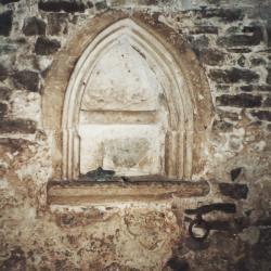 Chapelle, piscine servant à entreposer l'eau bénie.