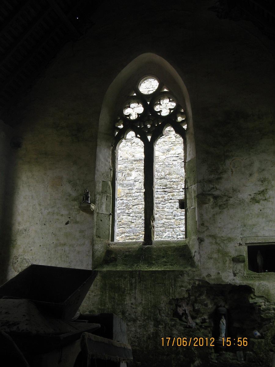 Intérieur de la chapelle. En bas à droite, armoire eucharistique.
