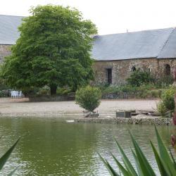 Le Bacchus vu des jardins du Manoir.