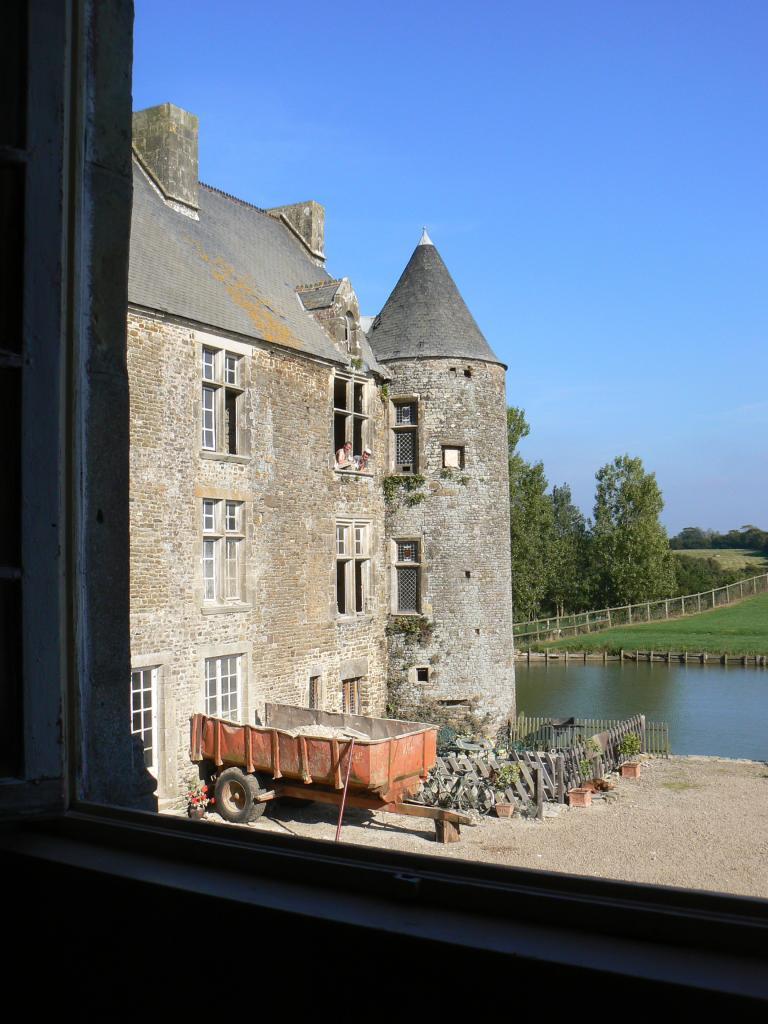 Le grand logis vu de la maison du seigneur, 2008.